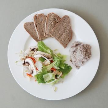 סלט חסה רענן עם המון ירקות מלווה בממרח 06 החום צהוב בעל הטעם הג'ינג'רי המיוחד.