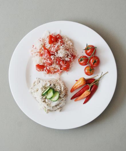 מנה של אורז חגיגי מקושט בעגבניה ובממרח המתכון הסודי 01 – הלבן הלימוני או 03 – הורוד המנוקד או 04 – הורוד סגול כהה או 06 – הג'ינג'רי המיוחד.