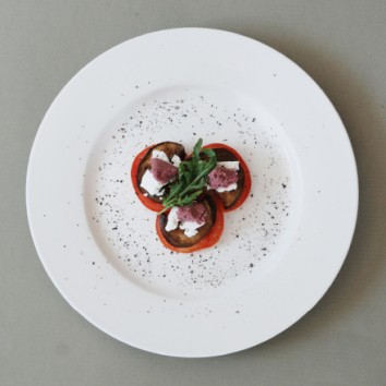 פרוסות חציל קלוי ממולאות בגבינת פטה וממרח 04 הורוד סגול כהה עם ניחוח ההל בעל טעם מיוחד חמוץ מתוק.