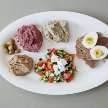 תמונה של ארוחת בוקר מגוונת המעניקה לנו את כל הבריאות שבעולם מהביס הראשון - עם שלושה ממרחי המתכון הסודי